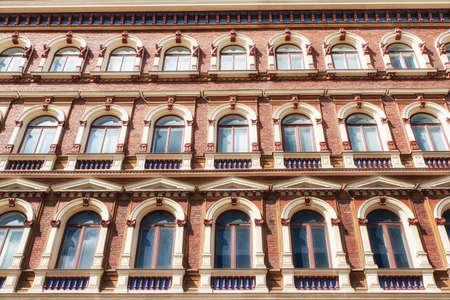 Belle file di finestre su un vecchio edificio a Helsinki, in Finlandia Archivio Fotografico
