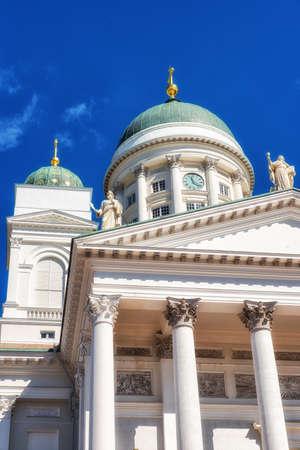 De kathedraal, door Carl Ludvig Engel, die op de noordzijde van het Senaatsplein uitsteekt, is de fase van nationale en academische feestelijke diensten en een van de meest populaire toeristische bezienswaardigheden