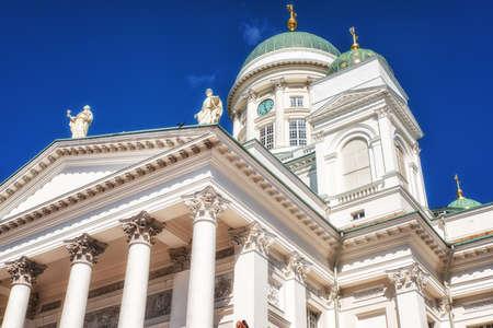 De kathedraal, door Carl Ludvig Engel, oprijzend aan de noordzijde van het Senaatsplein, is de fase van nationale en academische feestelijke diensten en een van de meest populaire toeristische bezienswaardigheden