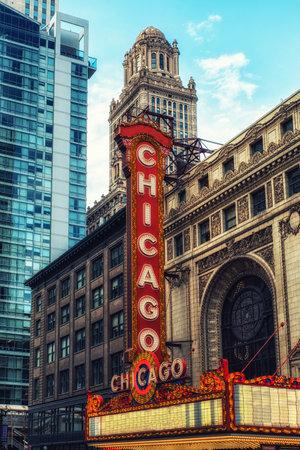 ' シカゴ、イリノイ州、米国-6 月18日、2017: 大きな電気看板と、1921にオープンしたシカゴ劇場は、シカゴのダウンタウンにある象徴的なステート