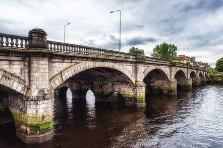 글래스고 브릿지 (Glasgow Bridge)는 글래스고 (Glasgow)의 클라이드 강 (Clyde River)에 걸쳐 시내 중심을 라 우리 스톤 (Laurieston),