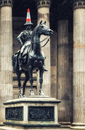 グラスゴー (スコットランド)-7 月07日 2017: Marochetti のウェリントン公爵像は、地元で追加されたトラフィックコーンを備えたロイヤルエクス