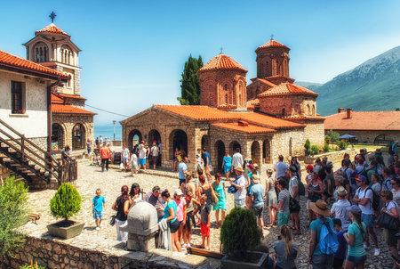 オリッド、マケドニア7月24、2017:聖ナウム修道院は、それを設立した中世の聖ナウムにちなんで名付けられたマケドニア共和国の東方正教会修道院です。これは、大理市の南29キロ(18 mi)オフリド湖に沿って位置しています 写真素材 - 94407155