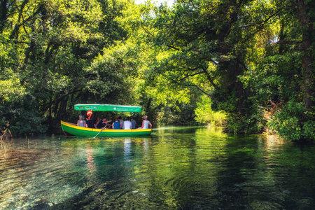 オリッド - マケドニア。聖ナウムは、オリッド湖の近くの黒いドリン川に伝統的なボートで湧きます.マケドニアのオリッド 報道画像