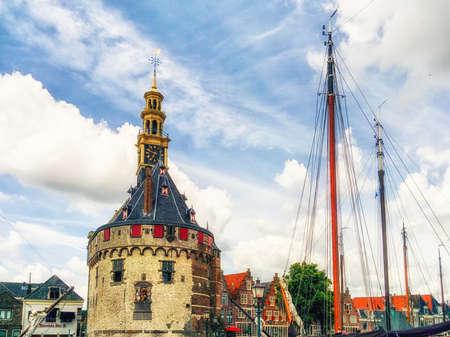 Een van de opvallende oude gebouwen in Hoorn is de Hoofdtoren, die aan de haven van deze stad staat. Vroeger maakte dit deel uit van de versterkingsconstructie vanuit deze belangrijke haven van Holland. Het werd gebouwd in 1532 en is letterlijk een herkenningspunt. Stockfoto