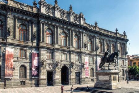 Ciudad de México, México - 15 de febrero de 2018: Museo Nacional de Arte de la Ciudad de México, en la entrada se puede admirar la estatua de Caballito considerada la segunda estatua de bronce más grande del mundo y representa al Rey Carlos IV de España.