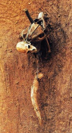 Hühnerfedern und Tierknochen bedecken einen Schrein, der den Ahnen gewidmet ist, Ghana