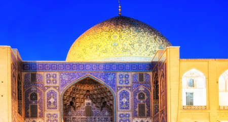 Sheikh Lotfollah Mosque at Naghsh-e Jahan Square in Isfahan, Iran at early-evening. Construction of the mosque started in 1603 and was finished in 1618. Stockfoto