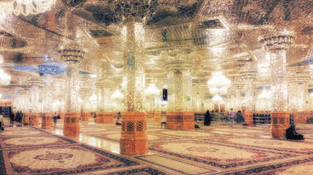 Mashhad, Iran - October 04, 2015: Interior of Haram complex, Imam Reza Shrine, the largest mosque in the world by dimension in the holiest city in Iran - Mashhad. 新聞圖片