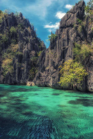 Rock formation in the ocean - El Nido, Palawan, Philippines. Imagens