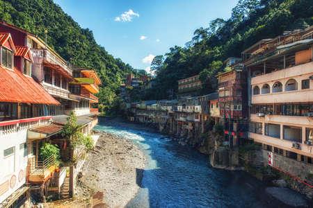 Río en el centro de la aldea de Wulai, Taiwán. Es un balneario popular cerca de Taipei. Muchos turistas vienen aquí para bañarse en aguas termales. Foto de archivo