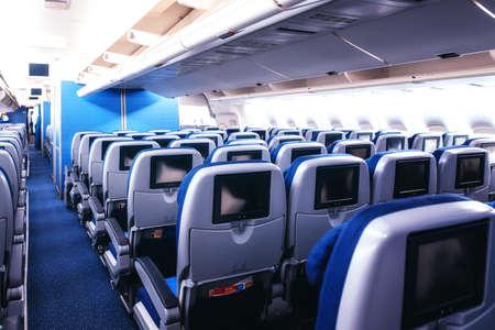 Lege vliegtuigstoelen in de cabine.