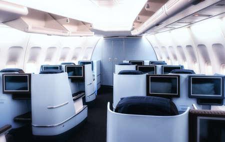 Vista interior de la cabina de avión en clase ejecutiva. Foto de archivo