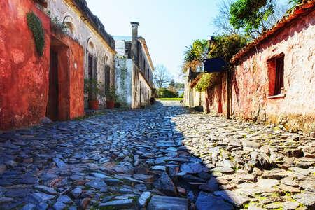 Strada del XVIII secolo a Colonia del Sacramento (Uruguay - Sud America) in una giornata di sole. Calle de los suspiros. Archivio Fotografico