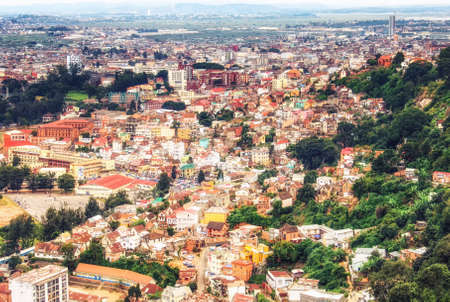 View of the densely packed houses on one of the many hills of Antananarivo, the capital city of Madagascar 版權商用圖片 - 138282925