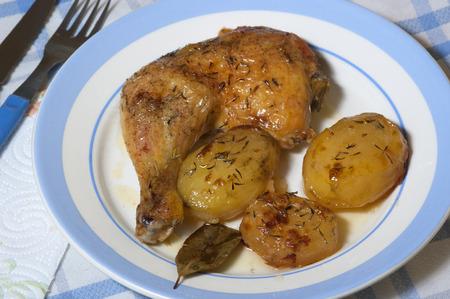 pollo rostizado: pollo asado con patatas