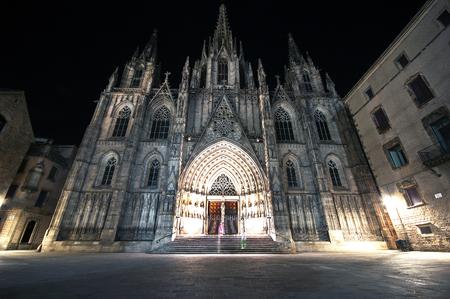 gotico: La catedral de Barcelona gótica en la noche, Cataluña, España Foto de archivo