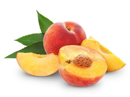 frische Früchte und Pfirsich halbieren. Isoliert auf weißem Hintergrund