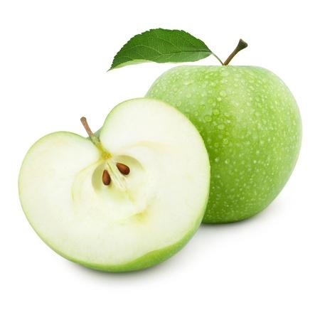 manzana verde: Manzanas verdes y la mitad de manzana aislada sobre un fondo blanco