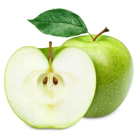 manzana: Frutos de color verde manzana y la mitad de la manzana y hojas verdes aisladas sobre fondo blanco