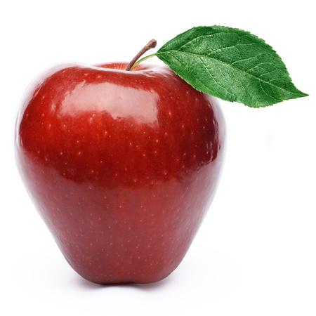 Roter Apfel mit Bl�ttern isoliert auf wei�