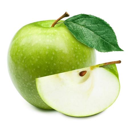 jugo verde: Manzanas verdes y la mitad de manzana aislada sobre un fondo blanco