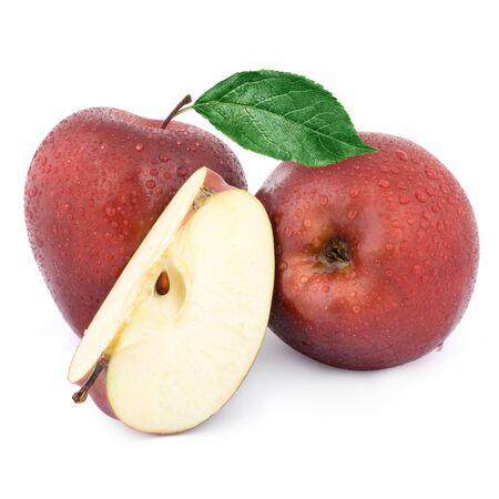 manzana roja: Dos manzanas rojas y media. Aislado en un fondo blanco.