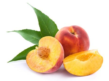verse perzik vruchten met knippen en groene bladeren geïsoleerd op witte achtergrond
