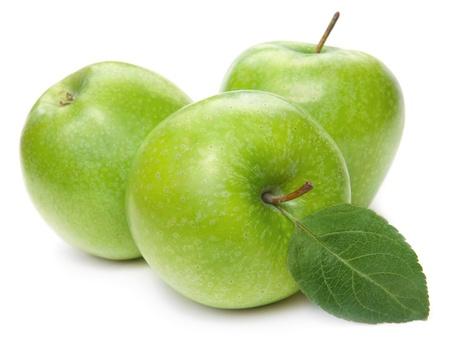 manzana verde: Las manzanas verdes y las hojas verdes aisladas sobre fondo blanco Foto de archivo