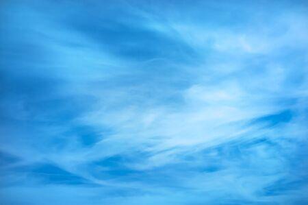 blauwe hemel achtergrond met kleine wolken
