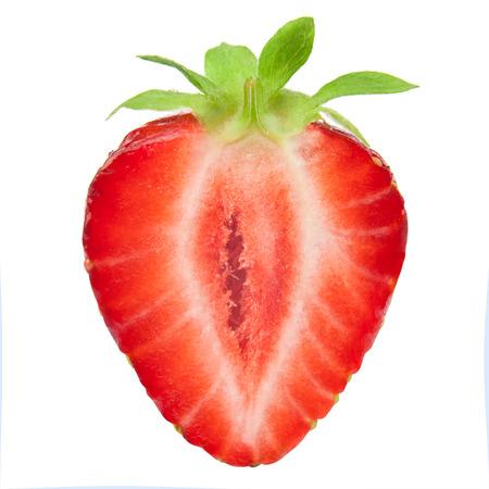 frutilla: La mitad de la fresa aislado en el fondo blanco