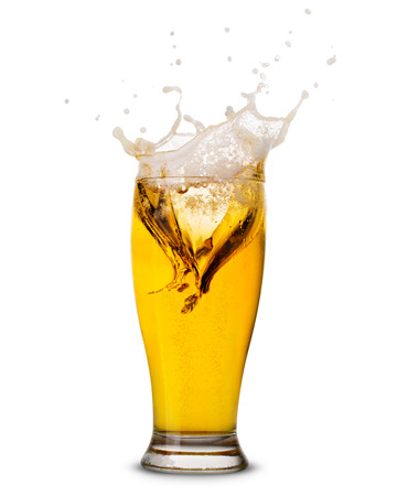 cerveza: Splash Cerveza en vidrio aislado en blanco Trazado de recorte