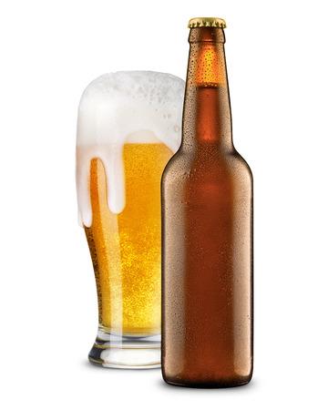 고립 된 유리 및 병에서 맥주