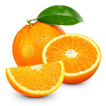 Fruto de naranja aislada sobre fondo blanco.