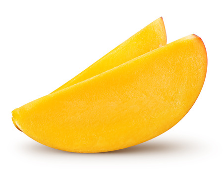 fruta tropical: rebanada de mango aislado en fondo blanco Trazado de recorte