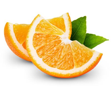 白い背景に分離されたオレンジ色の果物のスライス