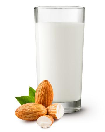 verre de lait: lait d'amande dans le verre sur fond blanc Tracé de détourage Banque d'images