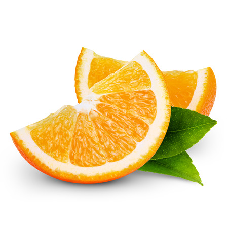 mojada: rodaja de naranja frutas aisladas sobre fondo blanco Foto de archivo