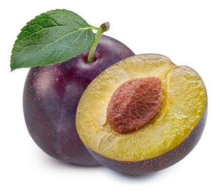 La moitié des prunes avec des feuilles isolées