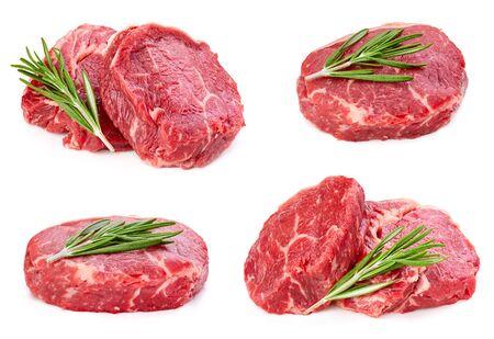 Steak de boeuf au romarin feuille isolé sur blanc Banque d'images