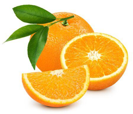 Orange biologique isolé sur fond blanc. Goûtez l'orange avec des feuilles.
