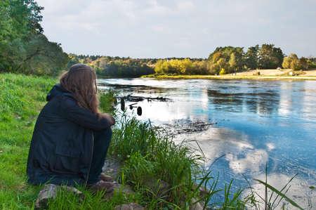 verdrietig meisje: verdrietig meisje door de rivier Stockfoto