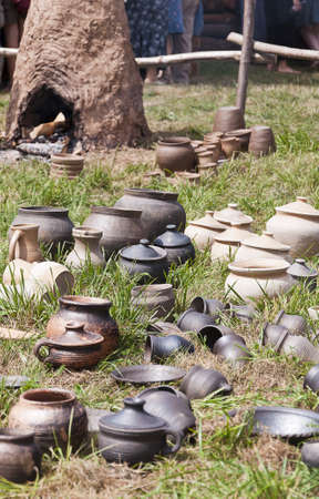 ollas de barro: ollas de barro en una hierba Foto de archivo