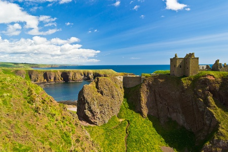 dunnottar castle: Dunnottar Castle, a medieval fortress near Stonehaven, Scotland