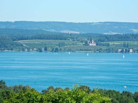 peregrinación: Lago de Constanza iglesia de peregrinaci�n Birnau en la otra orilla Foto de archivo