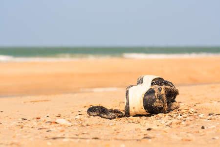 ビーチでの古い靴 写真素材