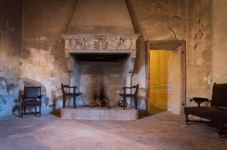 Cheminée ancienne d'un château italien Banque d'images - 50569015