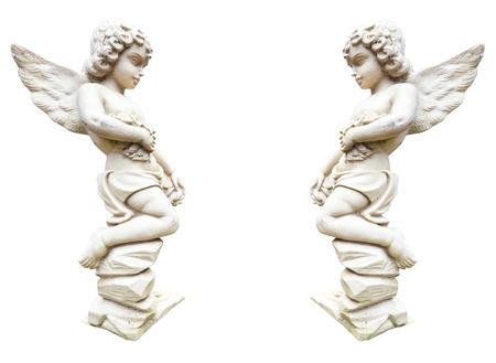 Statue de deux anges avec des fleurs isolé sur blanc