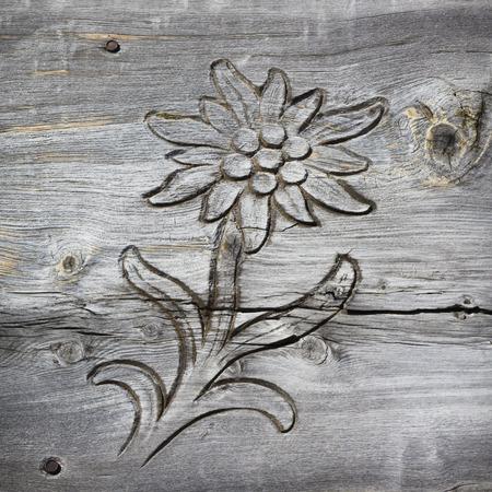 houten plank met uitgesneden edelweiss