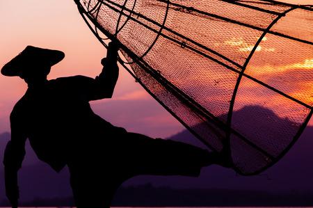 pecheur: Lac Inle P�cheur p�che dans la charge-poisson pour la journ�e